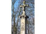 Kamenný kříž s vodoznakem povodně v Počedělicích